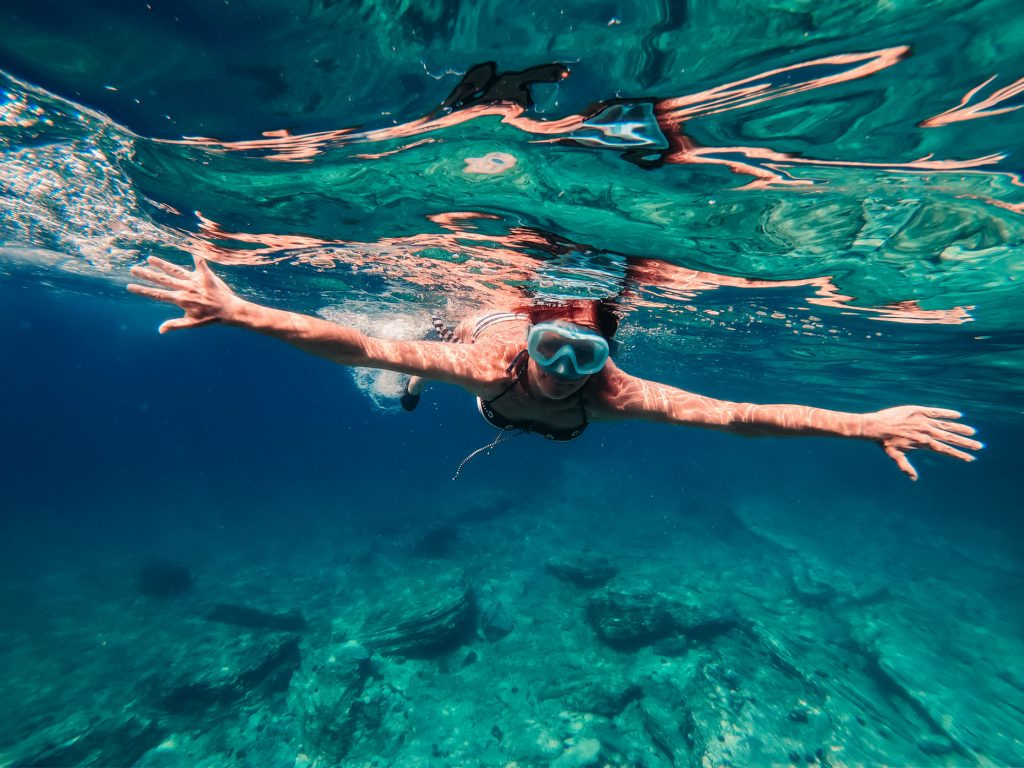 หญิงสาวกำลังดำน้ำตื้นบริเวณหาดหัวหิน