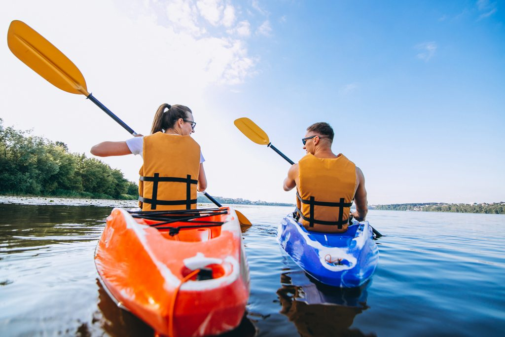 คู่รักกำลังพายเรือคายักด้วยกันที่หัวหิน