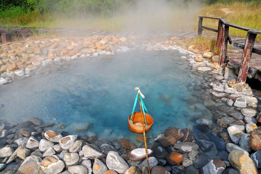 นักท่องเที่ยวต้มไข่ในบ่อน้ำพลุร้อนเทพพนม เชียงใหม่